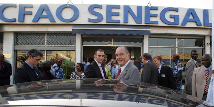 L'ancien président Jacques Chirac quitte les bureaux de la CFAO lors d'une visite à Dakar, le 12 décembre 2007.