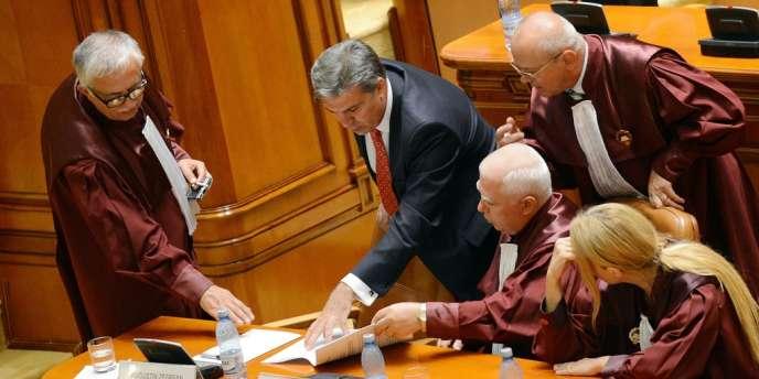 Le président social démocrate de la Chambre des députés, Valeriu Zgonea, discute avec des juges de la Cour constitutionnelle, peu de temps avant l'invalidation du référendum sur la destitution du président, le 27 août.