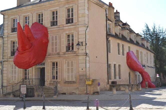 Le rhinocéros du sculpteur Diadji Diop surgit de l'ancien tribunal d'instance d'Avallon, dans l'Yonne.