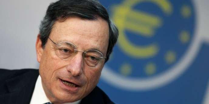 Mario Draghi, président de la BCE, a expliqué que la BCE pourrait racheter des emprunts d'Etat à la condition que ces pays aient d'abord fait appel aux fonds de secours de la zone euro (FESF, MES), qui exigent de très forts engagements de réformes.