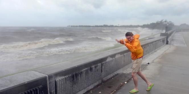 La lenteur de la progression d'Isacc fait craindre aux autorités de fortes inondations, avec des précipitations de 25 à 40 centimètres