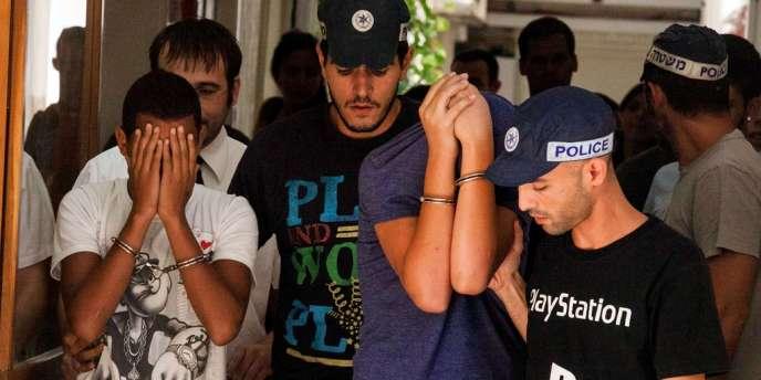 Deux des suspects impliqués dans le lynchage d'un jeune Palestinien de Jérusalem-Est lors de leur comparution devant un tribunal de Jérusalem, le 20 août 2012.