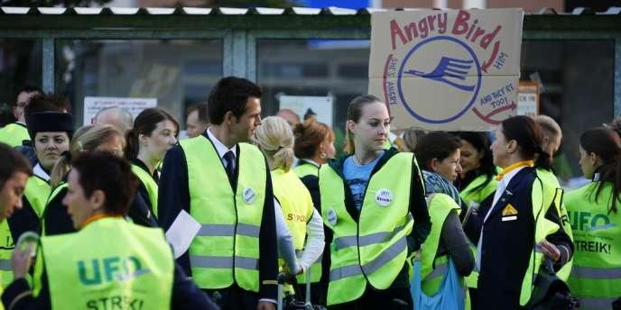 Les hôtesses et stewards de Lufthansa, en grève, s'opposent à l'embauche de personnels intérimaires.