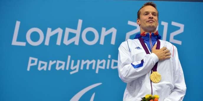 Charles Rozoy savoure sa médaille d'or en 100 m papillon. Londres, le 30 août.