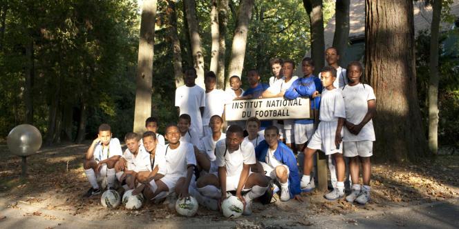 Photo de groupe de 20 des 22 élèves de la promo 98.
