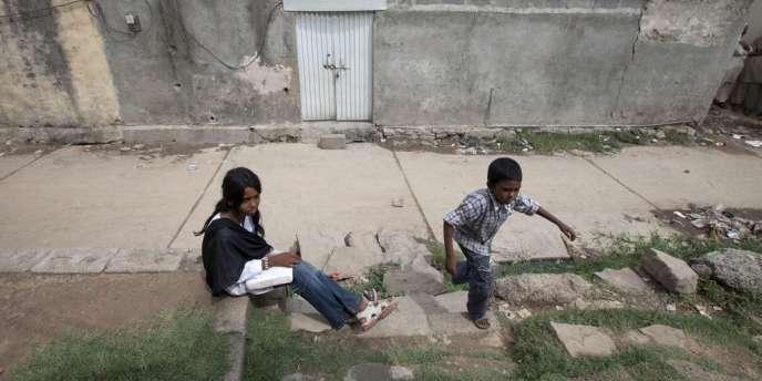 Des enfants assis en face de la maison de Rimsha Masih, dans la banlieue d'Islamabad.