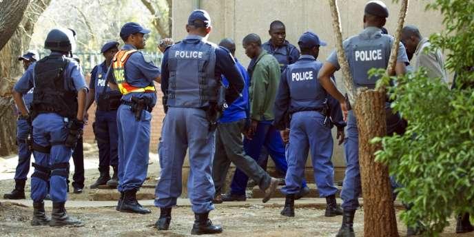 Le 20 août, les mineurs de Marikana sont inculpés du meurtre de leurs 34 camarades grévistes, abattus par la police le 16 août.
