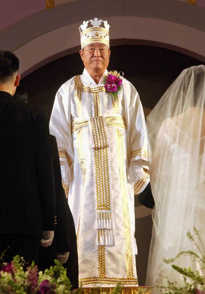 Moon Sun-myung lors d'une cérémonie de mariages collectifs, le 16 février 2002 à Séoul.