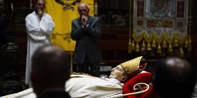 Des fidèles se recueillent devant la dépouille du cardinal Carlo Maria Martini, le 1er septembre 2012, à Milan.