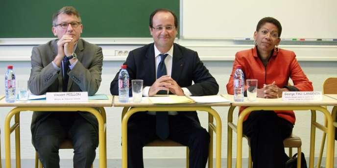 Le président François Hollande entouré de ses ministres, Vincent Peillon et George Pau-Langevin, en visite au collège Youri-Gagarine de Trappes (Yvelines), à la veille de la rentrée scolaire.