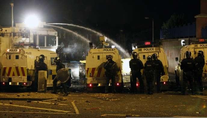 Des membres loyalistes de la communauté protestante, favorables au maintien de l'Irlande du Nord dans le Royaume-Uni, ont tenté, dimanche, de perturber une marche organisée par des républicains catholiques, partisans d'un rattachement à l'Irlande.