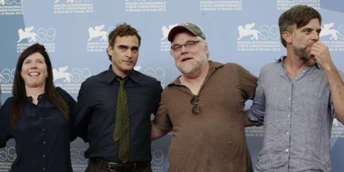 De gauche à droite : la productrice JoAnne Sellar, les acteurs Joaquin Phoenix et Philip Seymour Hoffman, le réalisateur Paul Thomas Anderson lors de la présentation du film
