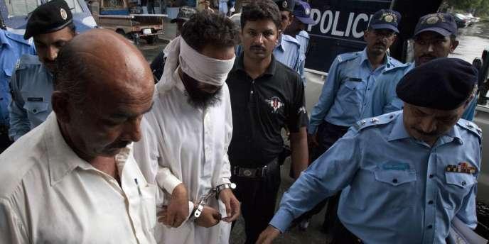 L'imam Hafiz Mohammed Khalid Chishti, accusé de complot contre une jeune chrétienne, est amené par la police devant un juge d'Islamabad, le 2 septembre.
