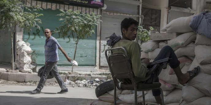 Check-point tenu par un combattant de l'armée syrienne libre, samedi 1er septembre à Alep.
