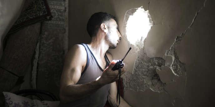 Un tireur embusqué de l'ALS surveille les mouvements de l'armée syrienne, à Alep, le 1er septembre.