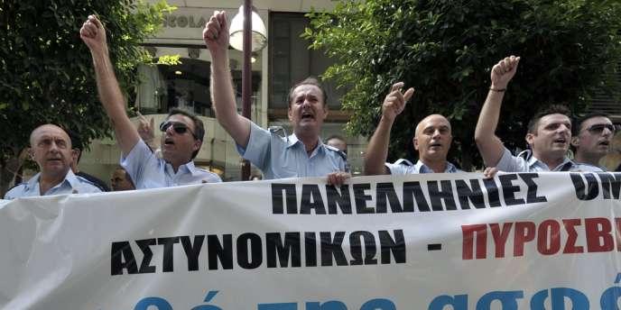 Des policiers grecs manifestent contre des baisses de salaires devant le ministère des finances à Athènes, le 31 août 2012.
