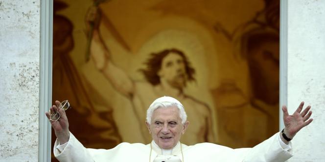 Le pape Benoît XVI délivre sa bénédiction lors de la prière de l'Angélus, dans sa résidence d'été de Castel Gandolfo, à la périphérie de Rome, le 19 Août 2012. PHOTO AFP / Filippo Monteforte