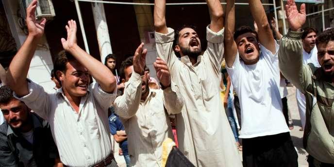 Des rebelles entonnent des chants contre le régime de Bachar Al-Assad lors d'une manifestation le 31 août 2012 à Marea dans le nord du pays.