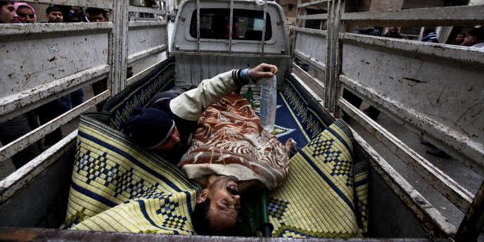 Syrie, Homs. Quartier de Karm al-Zaytoun. Un homme blessé par un sniper est évacué dans une camionnette qui est elle-même susceptible d'être la cible de tirs. L'homme blessé ne survivra pas.