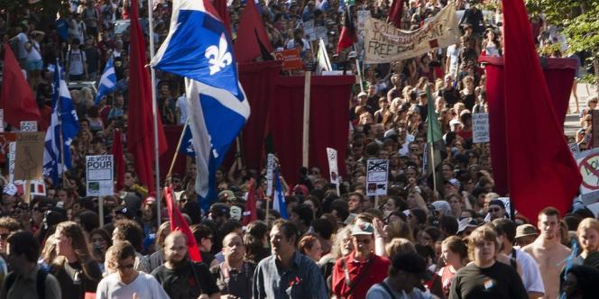 Les étudiants s'étaient à nouveau réunis pour manifester avec des drapeaux rouges le 22 août, à Montréal.