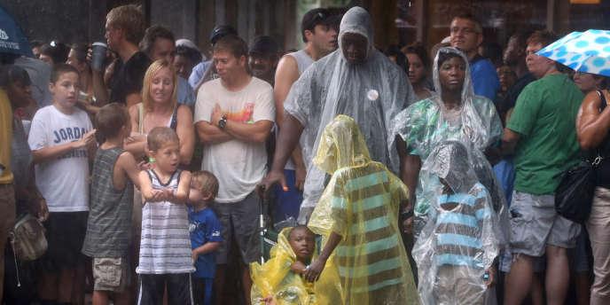 Des visiteurs du CarolinaFest, à Charlotte s'abritent lors d'une averse, le 3 septembre 2012.
