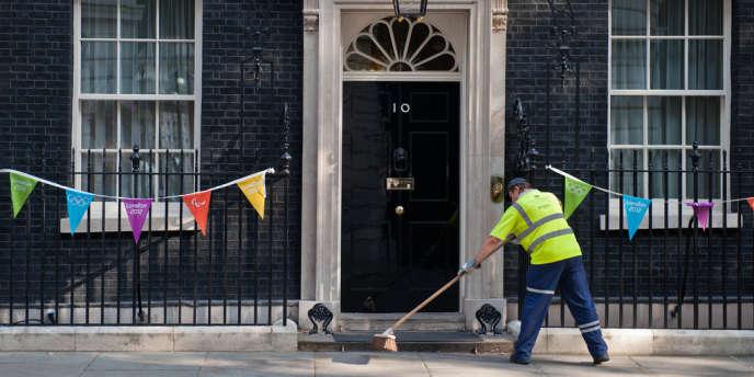 Devant le 10 Downing street à Londres, avant l'annonce du remaniement, mardi.