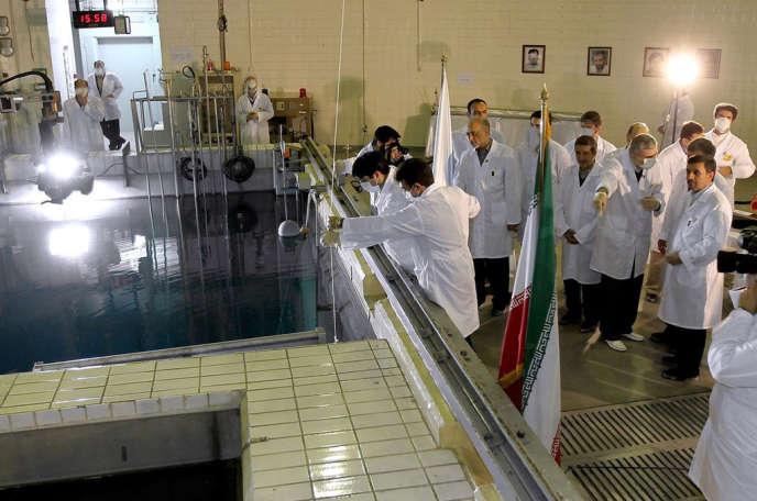 Le président iranien Mahmoud Ahmadinejad, lors d'une visite d'inspection d'une centrale au nord de Téhéran, le 15 février.