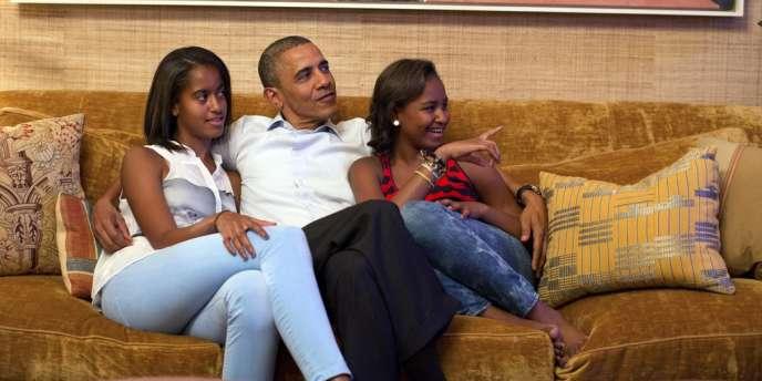 Photo du président Obama et de ses filles, Malia, à gauche, et Sasha, regardant le discours de Michelle Obama, le 4 septembre 2012.