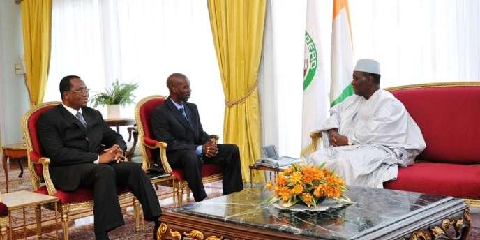 Alassane Ouattara rencontre, à Abidjan le secrétaire général de la présidence malienne, Baba Berthé, au centre, et l'ambassadeur du Mali en Côte d'Ivoire, Amadou Ousmane Toure, le 5 septembre 2012.