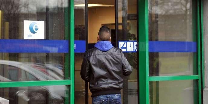 Devant une agence Pôle emploi de Lille, décembre 2011.