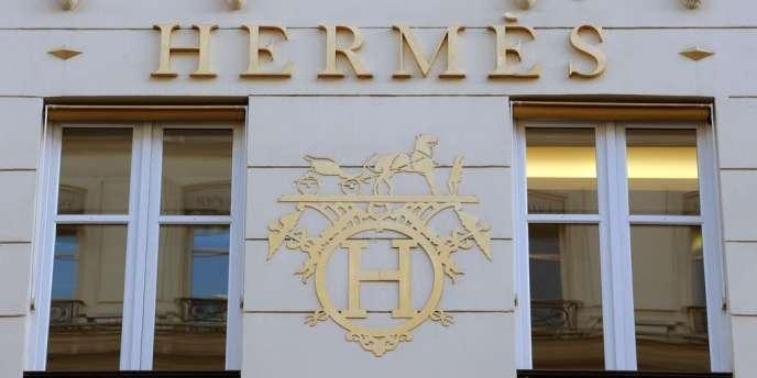 La marque de luxe française a fait appel à la créatrice japonaise, Rei Kawakubo, pour réinterpréter son célèbre carré de soie.