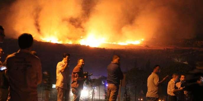 La déflagration a provoqué un important incendie qui a été difficilement maîtrisé.