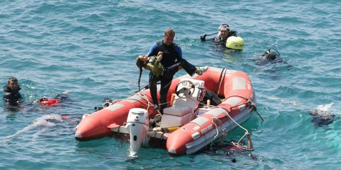 Une cinquantaine de personnes ont pu être secourues après le naufrage, qui s'est produit à l'aube et à une cinquantaine de mètres seulement du rivage.