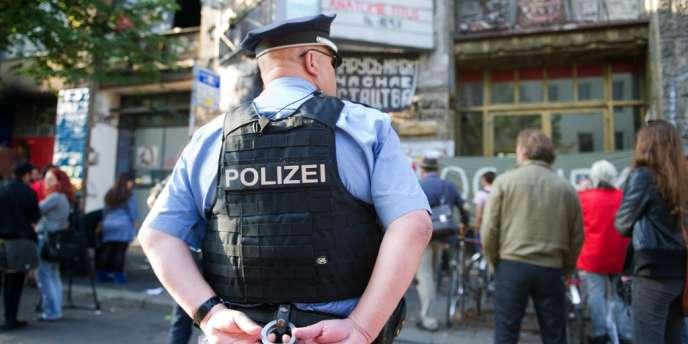 Un policier en faction devant le Kunsthaus Tacheles, le plus célèbre squat du monde, à Berlin, le 4 septembre 2012.