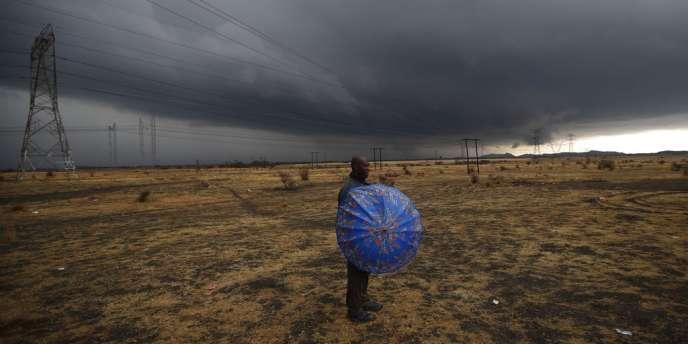 Un mineur gréviste de Marikana attend des nouvelles de ses camarades en négociation salariale avec la direction de la mine sud-africaine.