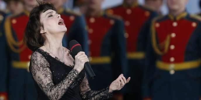 Mireille Mathieu, très populaire en Russie, ici en représentation à Moscou, vendredi 31 août 2012.
