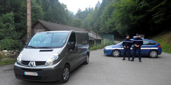 Les victimes ont été découvertes par un cycliste peu avant 16 heures dans leur BMW break, sur un parking forestier de la commune de Chevaline (Haute-Savoie).