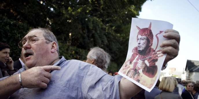 Des employés de Plysorol, placée en liquidiation, brandissent une image de l'actionnaire Ghassan Bitar en diable, jeudi 6 septembre.