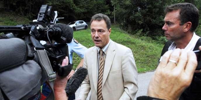Eric Maillaud, le procureur de la république d'Annecy, donnant une conférence de presse, mercredi après-midi.