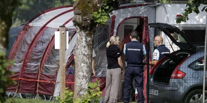 Les gendarmes poursuivaient leurs investigations dans le camping-car des victimes, à Saint-Jorioz, près d'Annecy, jeudi midi 6 septembre.