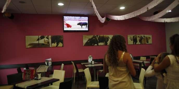 Retransmission télévisée de la corrida dans un bar de Ronda, à côté de Malaga, le 5 septembre.
