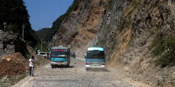 Un éboulement sur une route à proximité de la ville de Zhaotong, proche de l'épicentre du séisme.