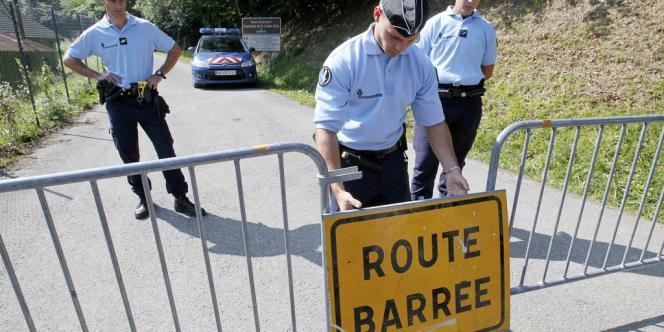 Des gendarmes bloquent l'accès à la scène de crime, à Chevaline, le 7 septembre.
