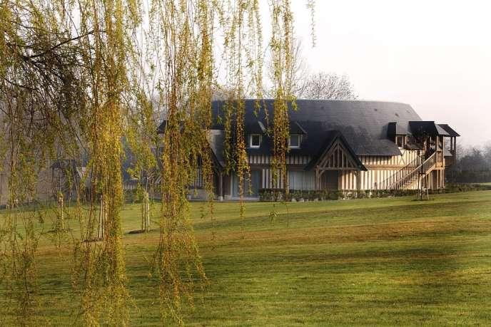 Bâti par le cinéaste Claude Lelouch avant de devenir un hôtel, ce lieu  a conservé le charme d'une maison familiale.