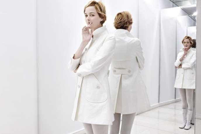 Blanc, simple et chic : le trench Courrèges dans la version hiver 2013.