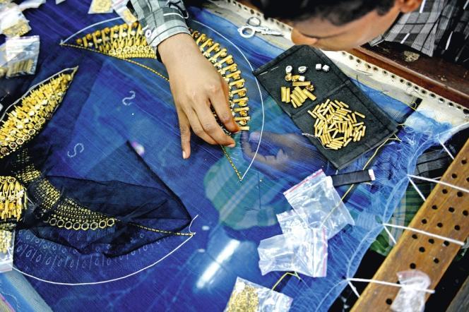 Chez Liaqat Khan, les ouvriers brodent  la robe de mariée de sa deuxième fille. Cet habit de réception nécessitera 3 000 heures de travail. En Inde, le mariage représente 80 % des commandes de broderie.