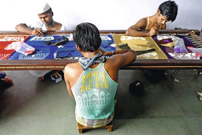 Fabrication de sacs à main brodés chez Hikal, l'atelier de Mohammed  Maslehuddin.