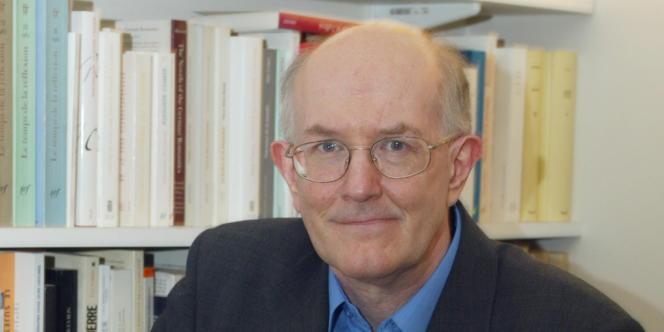 Marcel Gauchet, dans les locaux de la maison d'édition Gallimard, le 27 janvier 2003 à Paris.