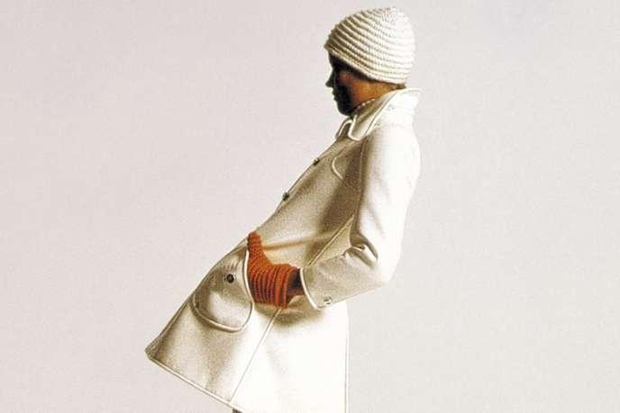 Blanc, simple et chic : le trench Courrèges en 1969.