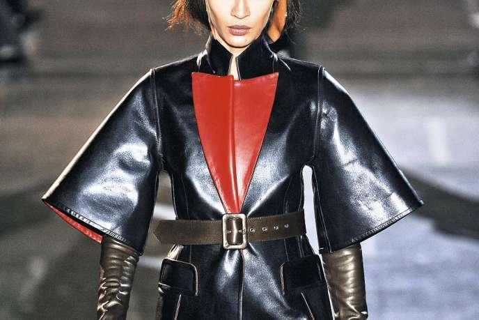 L'amazone de Givenchy arbore cet hiver bottes à éperons, gants, veste et pantalon de cuir noir rehaussé d'une touche de rouge.